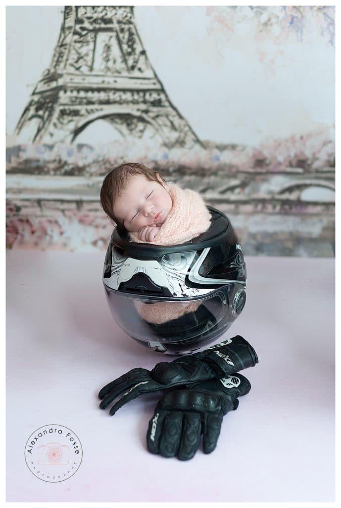 une photo d'un bébé dans un casque